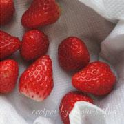 道明寺粉の雪割苺 苺を洗う