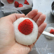 道明寺粉の雪割苺 苺を押しこむ
