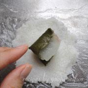 道明寺粉で作る桜葉と鯛の蒸し餅 鯛の桜葉巻きを畳んでのせる