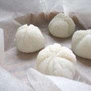 道明寺粉で作る桜葉と鯛の蒸し餅 セイロに並べる