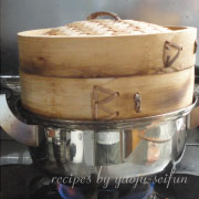 道明寺粉で作る桜葉と鯛の蒸し餅 セイロで蒸す