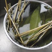 米粉の粽 笹を冷水に取る
