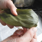 米粉の粽 葉を折り返す