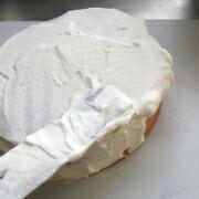 米粉とミックスベリーのケーキ 表面にクリームを塗る
