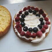 米粉とミックスベリーのケーキ 下半分にベリーをのせる