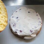 米粉とミックスベリーのケーキ クリームをのせて平らにする