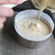 米粉とミックスベリーのケーキ 生地を型に入れる