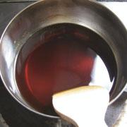 もち粉で作るくるみゆべし 醤油と砂糖と水を加熱
