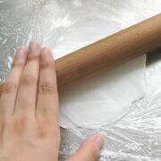 米粉おやき ラップの上から麺棒で丸く伸ばす