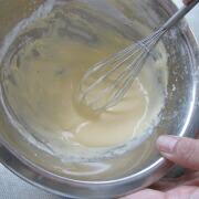 米粉と道明寺粉のエビ天 卵と水と米粉を合わせて混ぜる