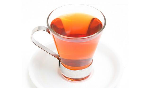 グラスにそそいだルイボス茶