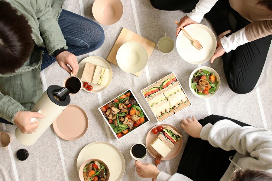 イエノテキスタイルのテーブルクロス。ホワイト。汚れが目立ちにくい 色合いがいいですね。いつもの食事が華やかになりますよ。北欧の食器や雑貨との相 性も抜群です。