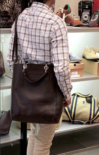 m0851 メンズトートバッグ 男女共用バッグをモデルは男性で