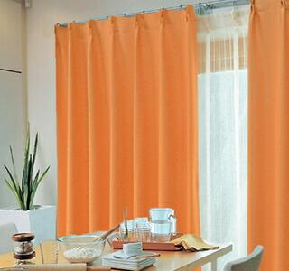 オレンジ色のカーテンの使用イメージ