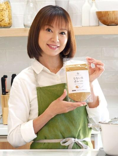 なないろカレーを持つ鈴木亜美さん