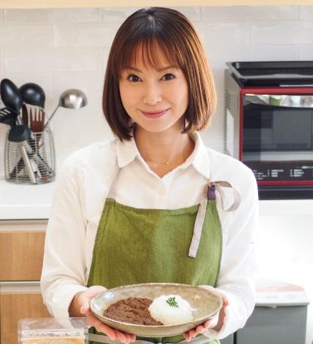 作ったカレーを持つ鈴木亜美さん