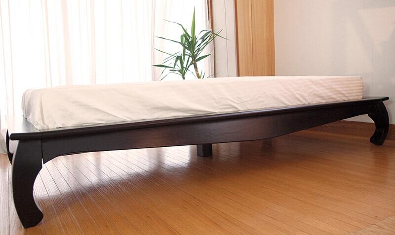 アジアンテイストを演出する天然木のリゾートスタイルベッド