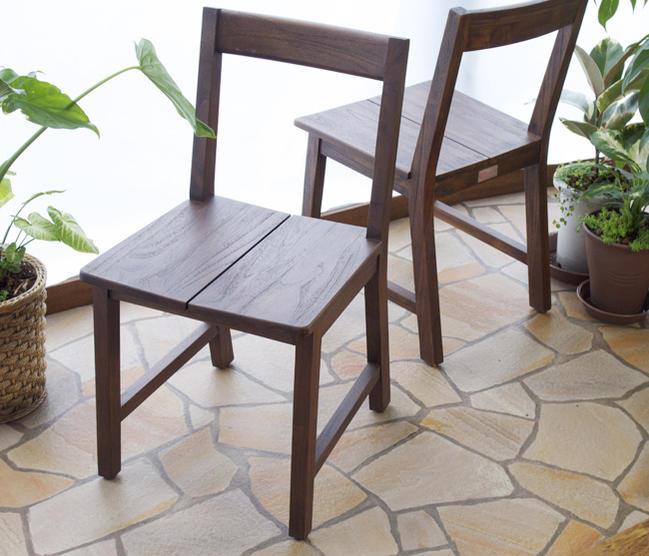 どっしりとした重みのある重厚感。バリのリゾートホテルのロビーやヴィラで、数多く採用されているバリの伝統的な木組み建築様式をデザインに採用したアジアンスタイルダイニングセットです。