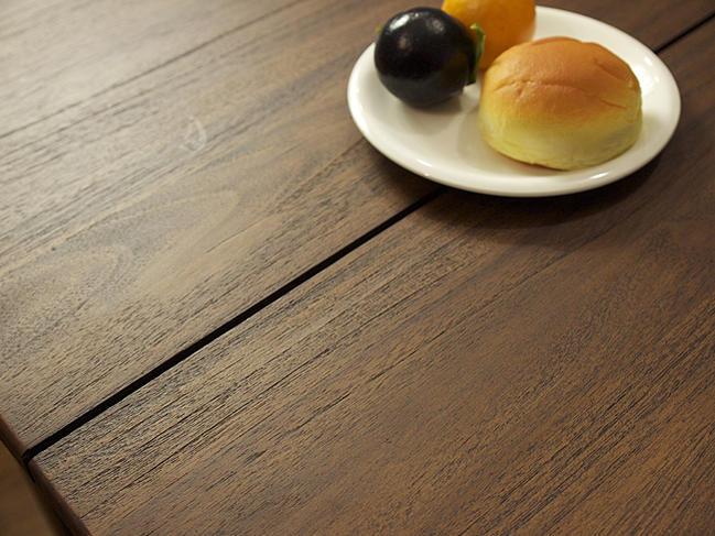 使うほど味わい深くアンティークな趣に。チーク無垢木製のインテリア