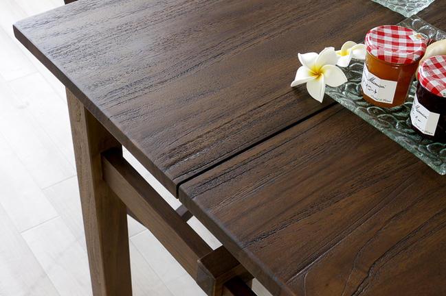使うほど味わい深く。経年変化をお楽しみいただける無垢木製インテリアです。