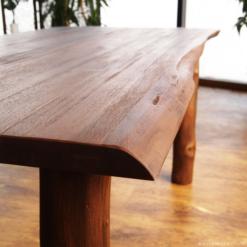 チークの木の形をそのまま活かして作られたナチュラルテイストなダイニングテーブルです。