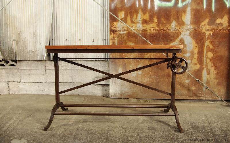 天然木の天板にスチールフレームを合わせたインダストリアルスタイルのデスクテーブル。まるで廃工場から製図台や部品を調達しDIYした様な、無骨でクールなインダストリアルデザインのセンターテーブルです。