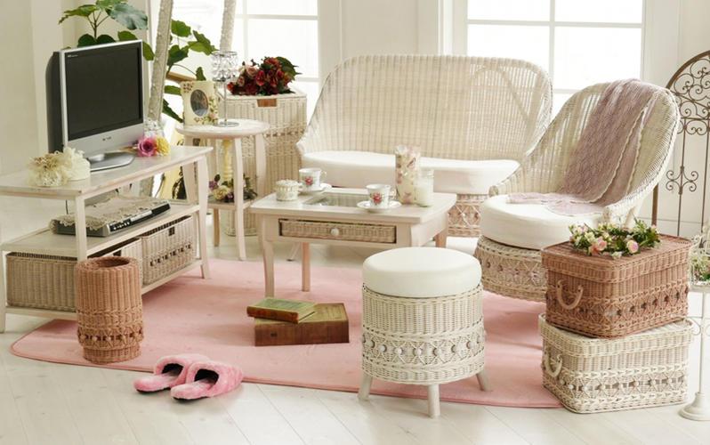 ロマンティックなお部屋はもちろん、ガーリー系、カントリーやナチュラルなど、様々なシーンに合わせやすいデザインのパーソナルチェアです
