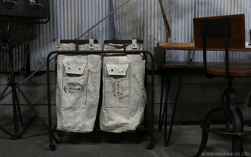 キャンバス地のランドリーバッグにアイアンを組み合わせたインダストリアルスタイルなのランドリー収納バッグです。