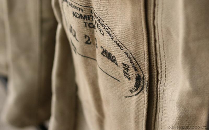 ランドリーバッグのキャンバス地は、丈夫でゴワゴワとした荒々しい印象がありながら、人の手で加工されたようなヴィンテージな趣ある質感です。