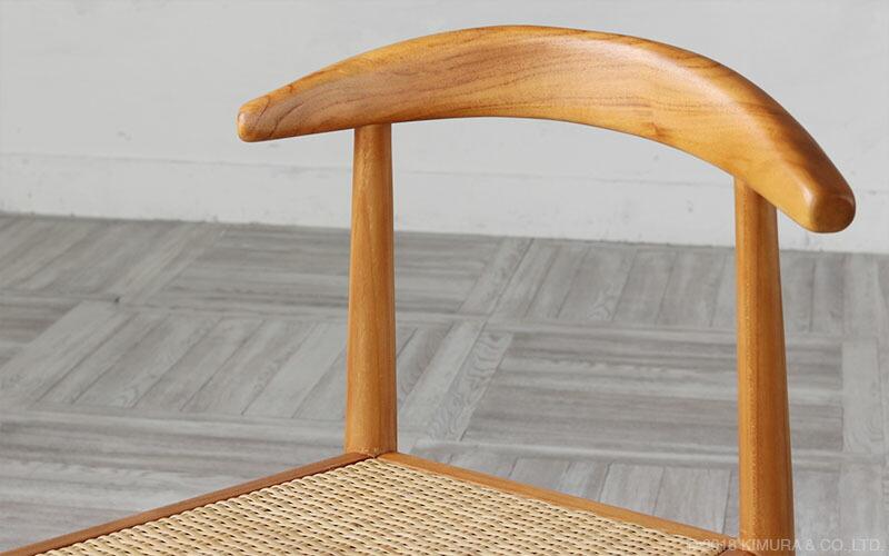 家具に最適と言われる頑丈なチーク無垢木をフレームに、座面はしなやかで丈夫な程よい弾力のあるラタン(籐)を