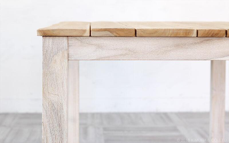 チーク無垢木を贅沢に使用したデザインで、無垢材ならではの親しみを感じる手触りとあたたかみを感じます。大切に使うほど、味わい深く変化していくテーブルです。