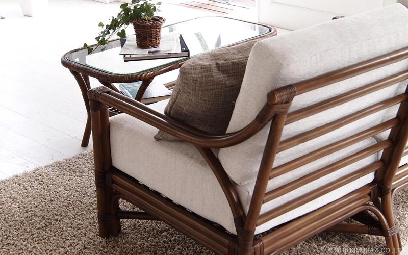 モダンに線を細く、すっきりとさせながらも曲線を入れることで、ラタン特有の柔らかさを表現した洗練されたデザインのソファ