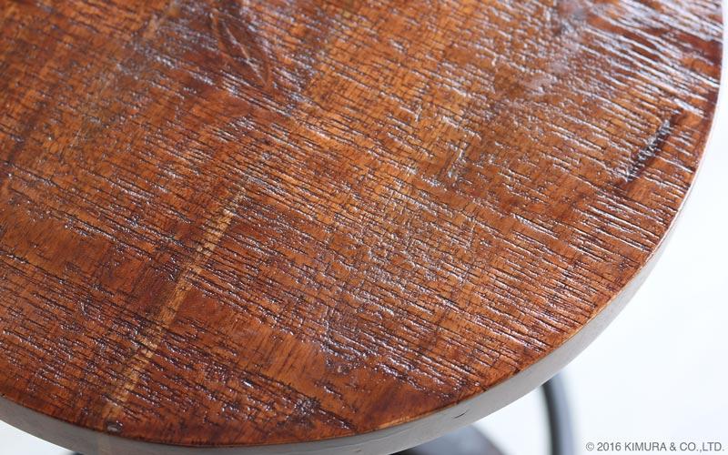 椅子の座面天板はリサイクルウッドをノコギリでざっくり切りっぱなした様な仕上げをしています。脚部は年月を経て少し錆びかかっている様なアンティーク調の塗装で仕上げています。