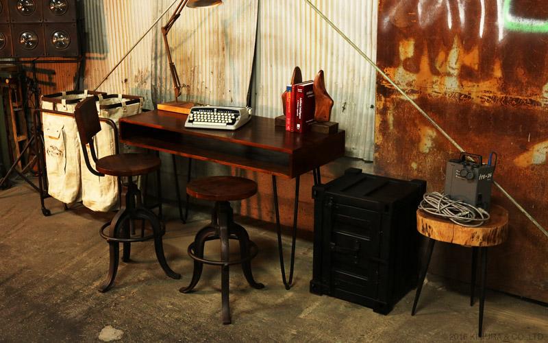 アイアンでできたインダストリアルスタイルな収納ボックス。実際のコンテナを小さくした様な工業的なデザインと表面のアイアンの質感は、お部屋を無骨でクールなインダストリアルスタイルな空間に。