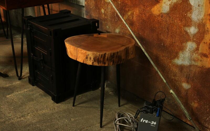 机の天板は丸太をざっくり切りっぱなしたものを使用した様な雰囲気。脚部は年月を経ている様なアンティーク調の塗装で仕上げています。