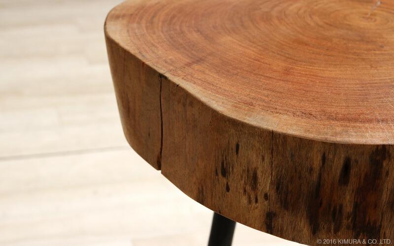 天板は約8cmもある肉厚な無垢木を贅沢に使用しています。