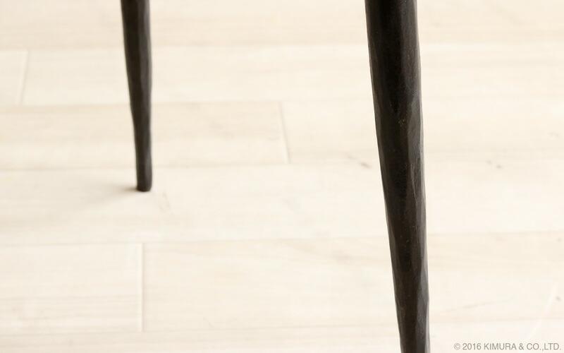 インダストリアルな趣あるアイアンのサイドテーブル脚部