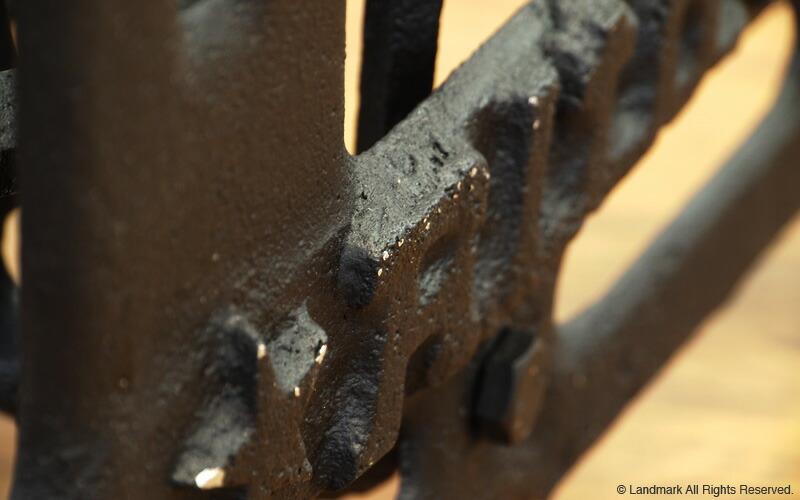 少し錆びかかったスチールを再現したアンティーク仕上げの机