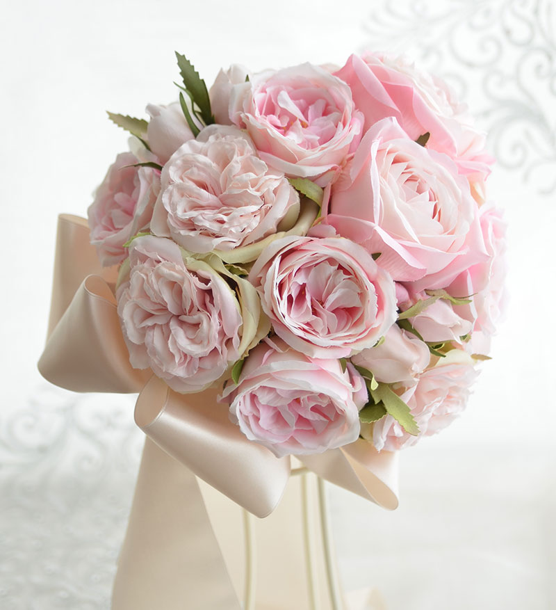 ピンクのカップローズとホワイトアジサイのラウンドブーケ
