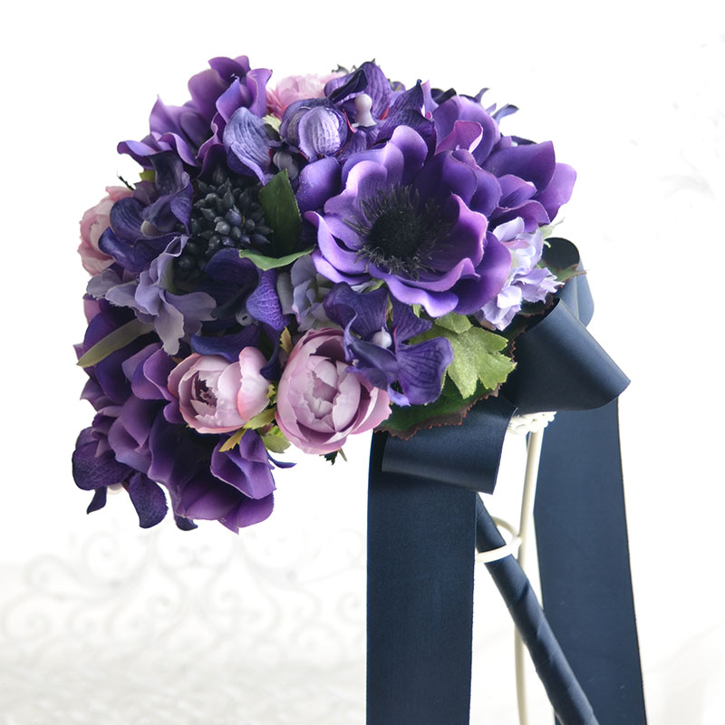 紫のアネモネとカップローズのラウンドブーケ