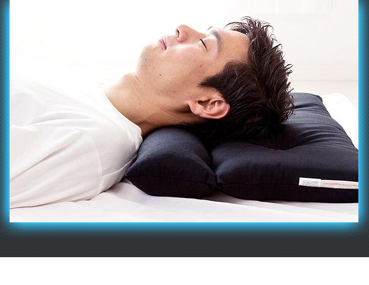ストレートネック対応ネックフィット枕 ブラックは首の部分にへたりの少ないソフトパイプを頭の部分にはソフトな綿を使用 高さ調節可能