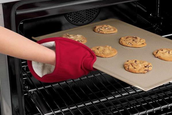 971158e0ee7486 アツアツのオーブン料理に電子レンジやオーブンから料理を取り出すときや、鍋つかみに活躍するのがこのオーブンミットです。独自のダイヤモンドパターン加工のシリコン  ...