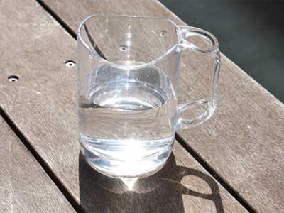 水が切れるスタンドマグ