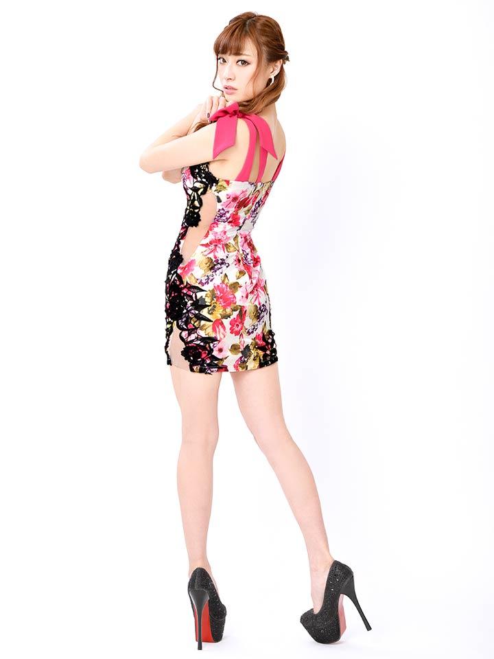 0c85551af5346 肩のリボンがアクセントの花柄の盛りドレス。デコルテ部分が広く開いているので綺麗に盛られたバストが良く映えます。サイドに縦にあしらわれたブラックレースが着やせ  ...