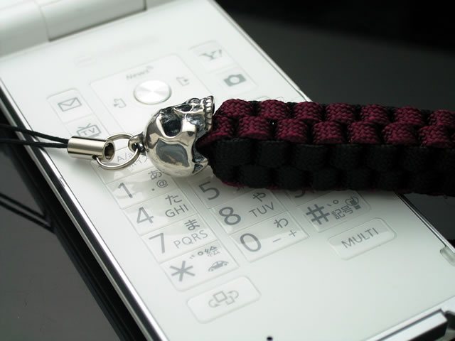 シルバー製スカルとパラシュートコードの携帯ストラップ!B/W