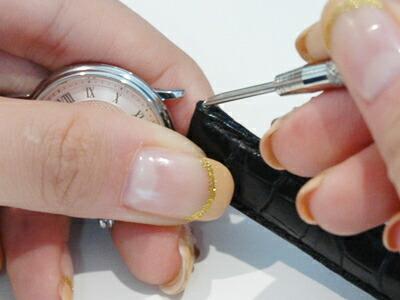 バネ棒を押し下げたまま工具を引き抜く。