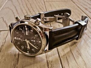 時計ベルトをモレラートのケイマンに交換したIWCメカニカルフリーガークロノグラフ
