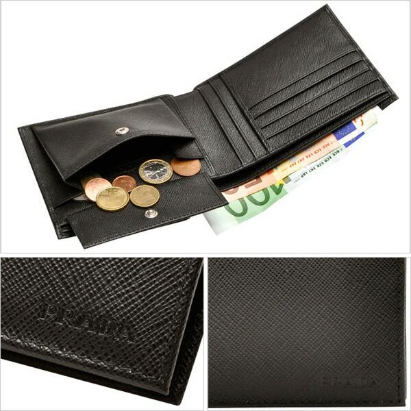 ac7ece09a0fd PRADA [ サイフ ] 財布ポケットにも収納できる二つ折り財布。ビジネスシーンにも使えるシンプルなデザインが大人の男性にもぴったり。フロントには プラダのロゴが刻印 ...