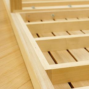 すのこ裏面には強度アップのため硬質なポプラ材で補強枠が設けられています。