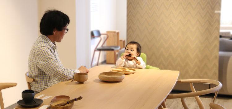子どもと食卓を囲む